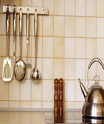 A cozinha tem pelo menos duas áreas bme definidas.