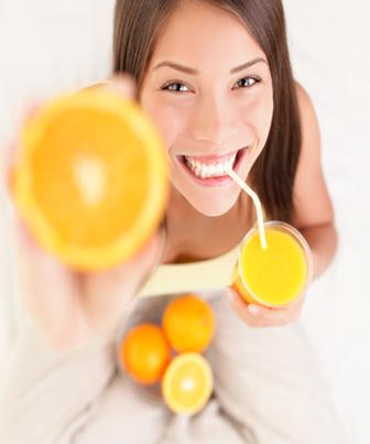 O corpo humano recebe vitaminas por meio de alimentação