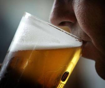 Homem bebendo cerveja: Provar e inventar novas cervejas também é uma profissão