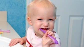 Cuidado com os dentes deve começar desde muito cedo