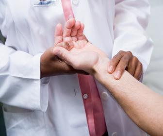 A verificação do pulso deve ser realizada pelo dedo indicador e médio
