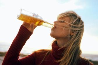 Estudo sugere que cerveja pode fortalecer ossos de mulheres