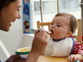 Mães devem saber a hora certa de mudar as refeições de seus bebês