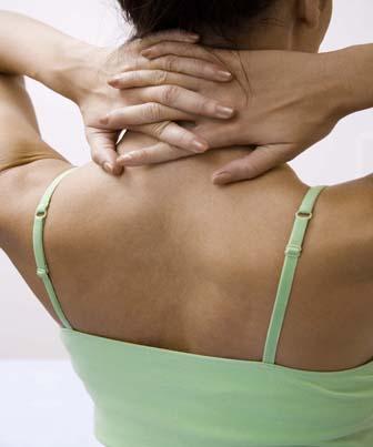 Tensão no pescoço some com exercícios simples que você faz sozinho